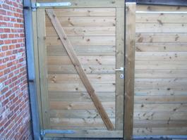 Deur in de houten afsluiting
